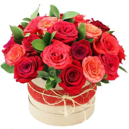 31 роза в шляпной коробке: букеты цветов на заказ Flowwow
