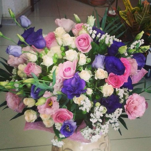 Bouquet of roses and eustoma