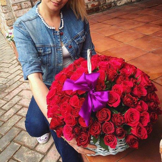 101 бордовая роза в корзине