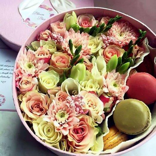 Шляпная коробка с цветами и макарони «Розовое счастье»: букеты цветов на заказ Flowwow