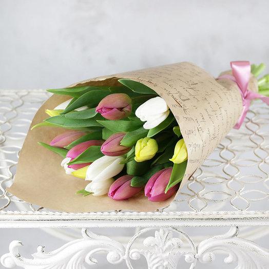 Букет из 15 разноцветных тюльпанов в крафте