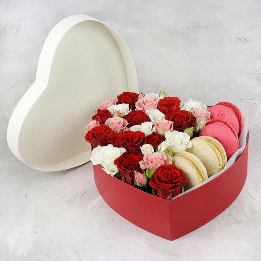 Розы в сердце с макарунами