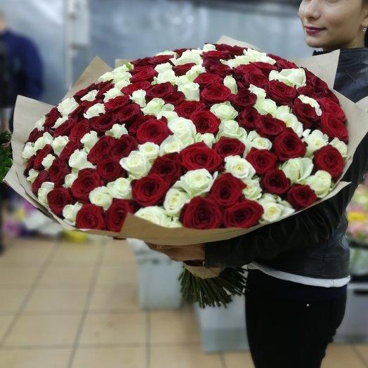 Букет из 101 розы в ленте: букеты цветов на заказ Flowwow
