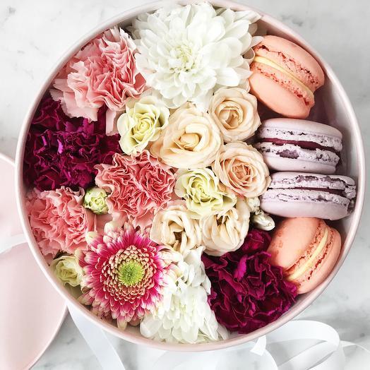 Микс хризантем с макаронс: букеты цветов на заказ Flowwow