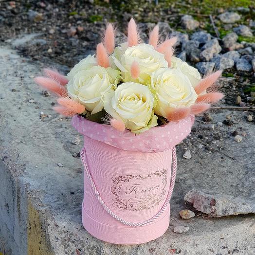 Нежный букет из роз и лагуруса в шляпной коробке: букеты цветов на заказ Flowwow