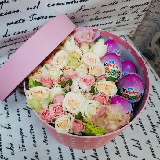 Коробочка с кустовыми розами и шоколадными яйцами