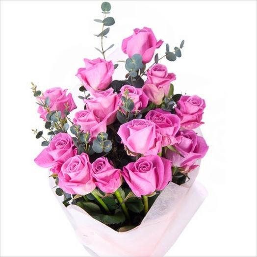 Розы с эвкалиптом: букеты цветов на заказ Flowwow