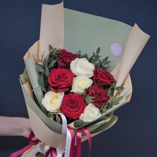 Букет-комплимент: красно-белый: букеты цветов на заказ Flowwow
