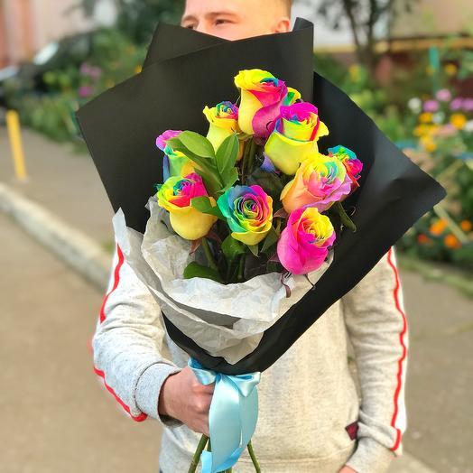 Радужные розы в крафте: букеты цветов на заказ Flowwow