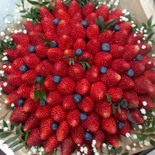101 свежая клубника: букеты цветов на заказ Flowwow