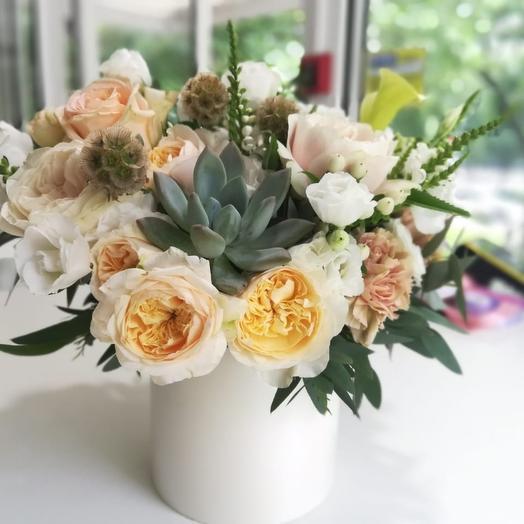 Пионовидная роза в шляпном коробке