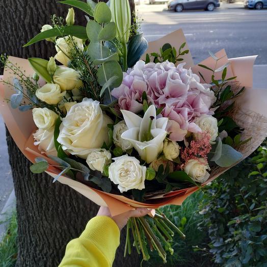 Нежный букет с гортензией и пионовидной розой
