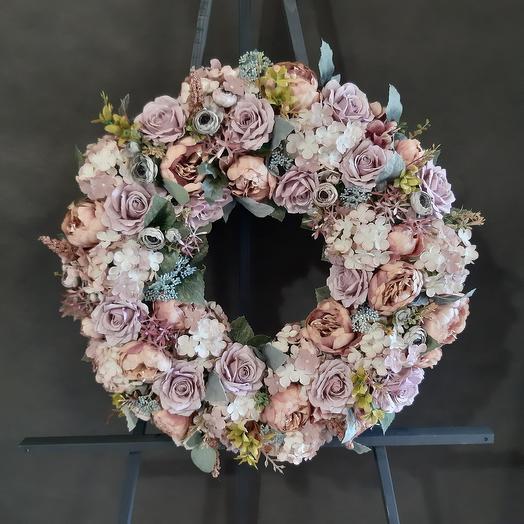 Круглый венок из искусственных цветов