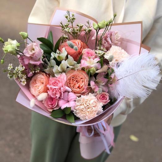 Букет с пионовидными розами и пером