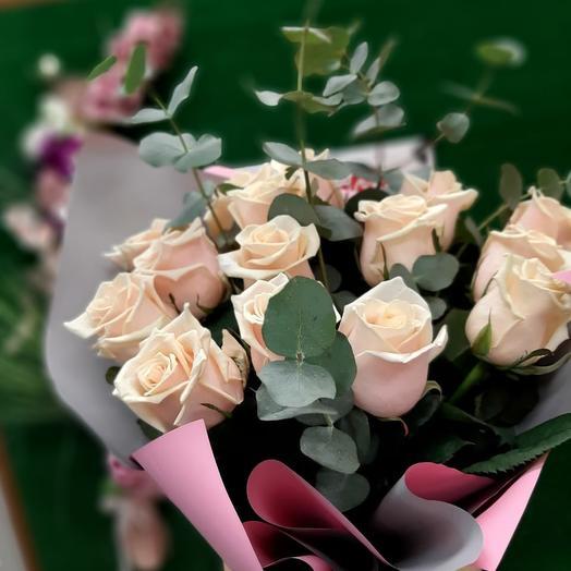 15 кремовых роз с эвкалиптом