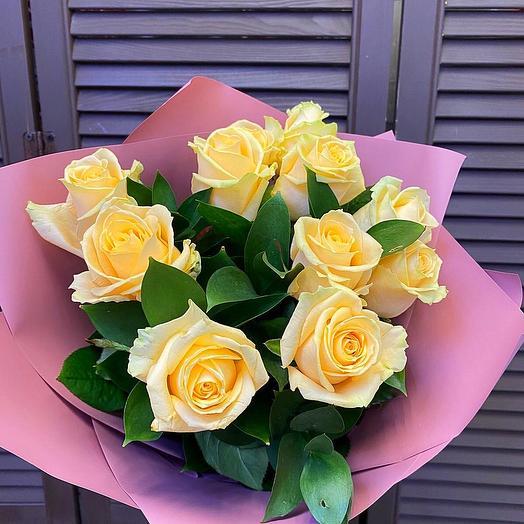 11 роз с зеленью в оформлении