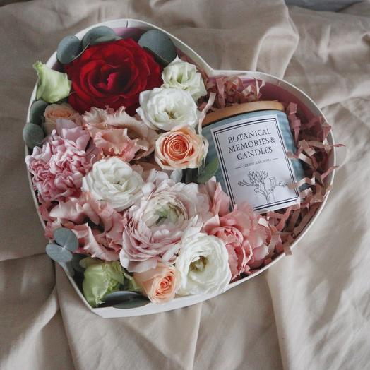 Цветы в коробке-сердце со свечой