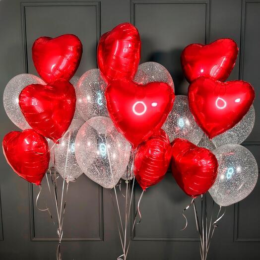 Композиция красных сердец и прозрачных с серебряными блестками