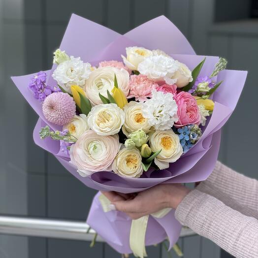 Букет Келси из кустовых пионовидных роз, ранункулюсов, тюльпанов, маттиолы и оксипеталума
