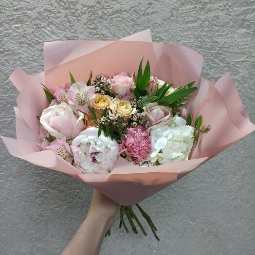 Красивый с пионом и ассорти цветов