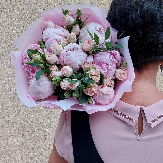 Букет с пионами и кустовой розой