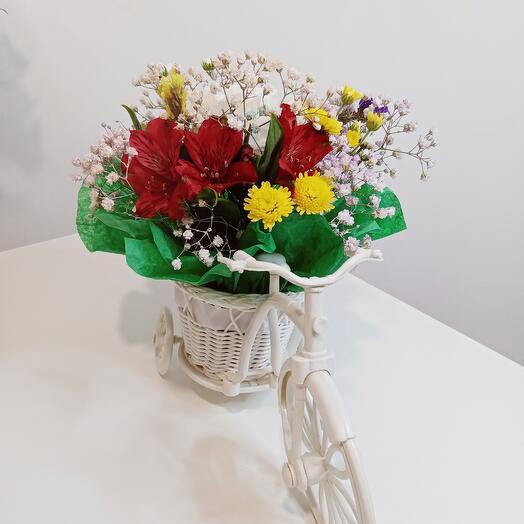 Велосипед с корзинкой цветов