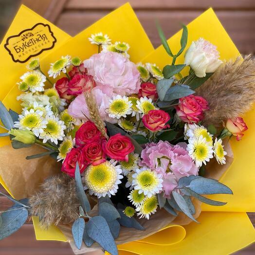 Яркий букет из хризантем и кустовых роз