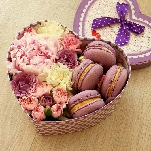 Цветочная коробочка с макаронс: букеты цветов на заказ Flowwow