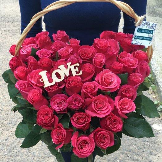 Корзина из 51 розы в форме сердца