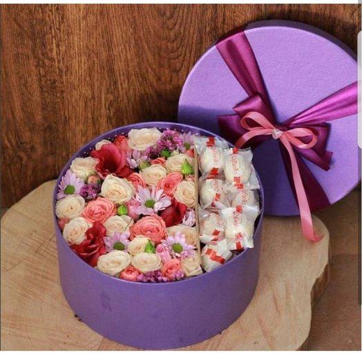 Цветочная коробочка с конфетками Raffae o: букеты цветов на заказ Flowwow