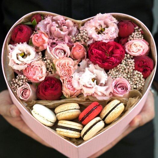 Сердце с пионовидными розами и пирожными: букеты цветов на заказ Flowwow