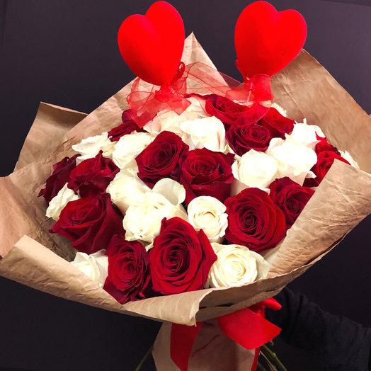 Микс из 51 белой и красной Эквадорской розы: букеты цветов на заказ Flowwow
