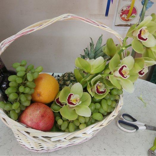 Корзина с фруктами и орхидеей: букеты цветов на заказ Flowwow