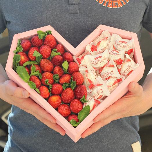 Клубника и раффаэлло в ящике сердце: букеты цветов на заказ Flowwow