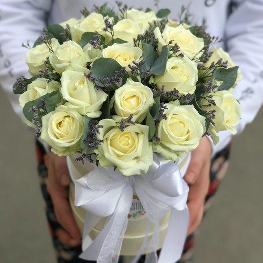 Коробки с цветами. Розы.  19 роз . Лимониум .Эвкалипт. N212