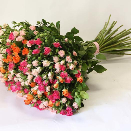 Букет из 25 разноцветных кустовых роз 50 см: букеты цветов на заказ Flowwow