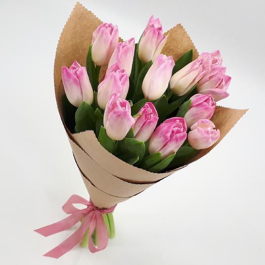 15 бело-розовых тюльпанов в крафте: букеты цветов на заказ Flowwow