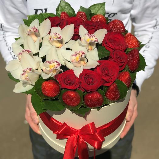 Коробка с цветами. Орхидея,розы и клубника. N431