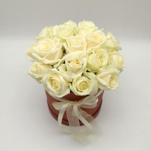 Коробка бело-кремовых роз для любимой