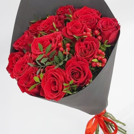 Черное и красное: 15 роз с гиперикумом