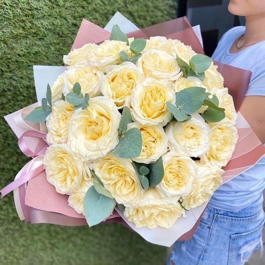 25 белых пионовидных роз