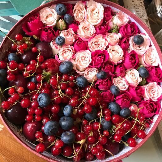 Коробка с розами и ягодами
