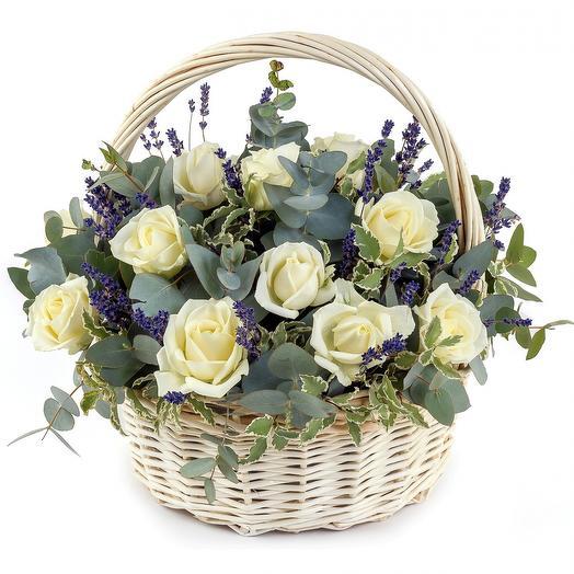 Корзина с белыми розами, эвкалиптом и лавандой