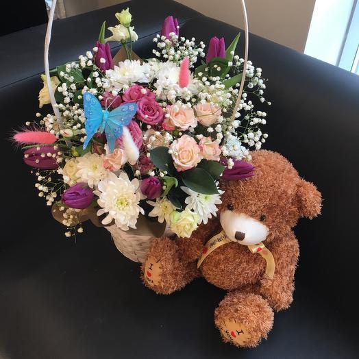 Цветы в корзине с очаровательным медвежонком