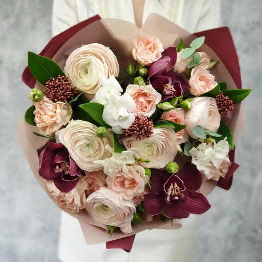 Нежный букет с ранункулюсами и орхидеей