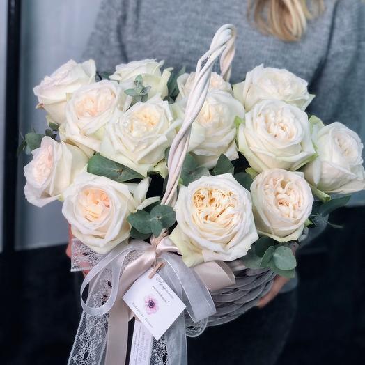 Корзинка с белыми пионовидными розами и эвкалиптом
