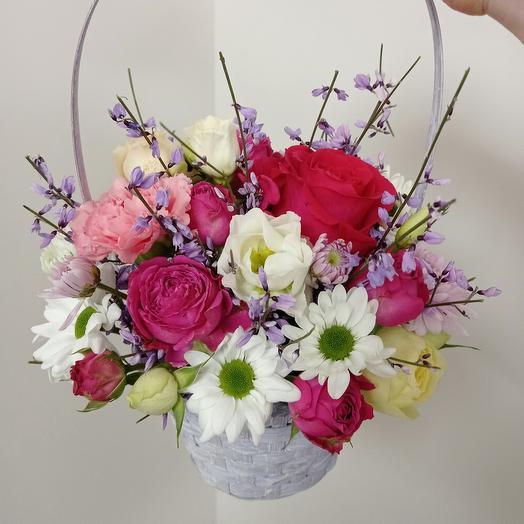 Ароматная корзина с пионовидными розами и генистлй