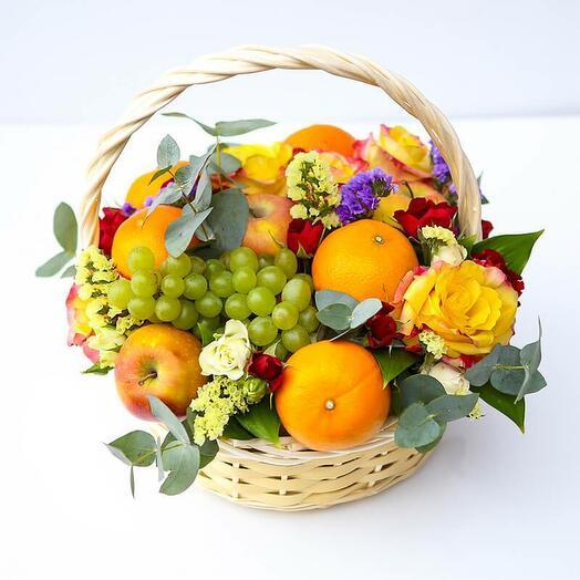 Фруктовая корзинка с цветами