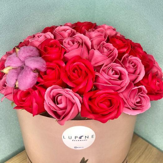 Шикарный букет  из мыльных роз в шляпной коробке