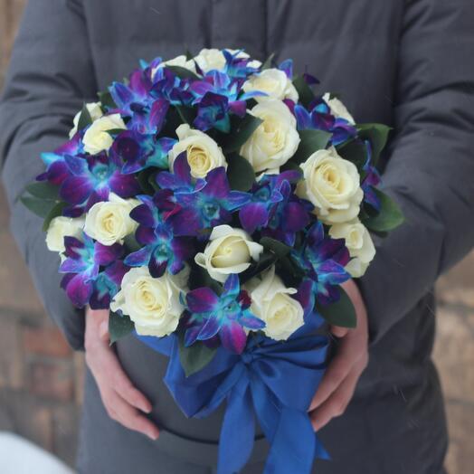 Белые розы и синие орхидеи в черной коробке